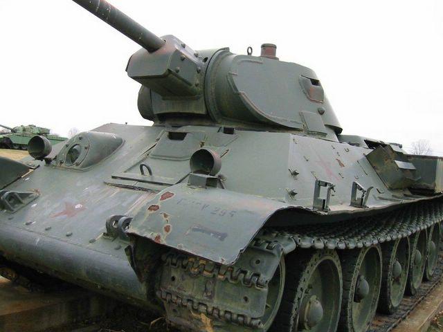 Вид на танк, спереди-слева