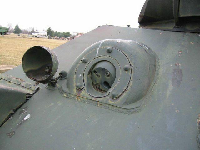 Правая фара и шаровая установка курсового пулемёта