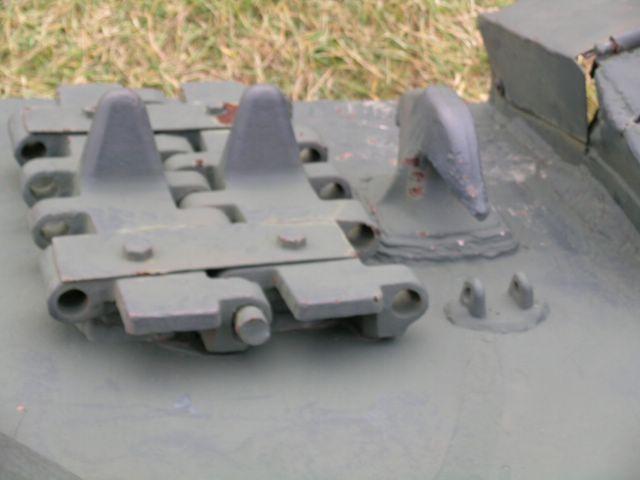 Крепление запасных траков в передней части корпуса