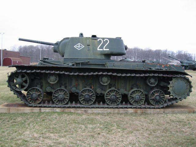 Вид слева на танк КВ-1