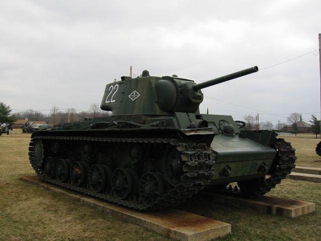 Вид спрва-спереди на танк КВ-1