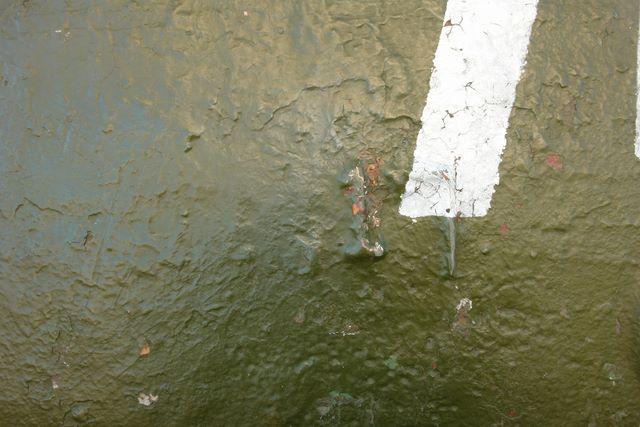 Литьевой номер на левой стороне башни