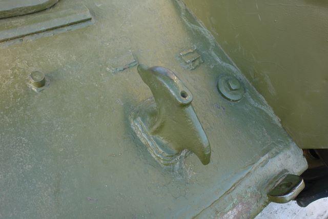 Левый передний буксирный крюк