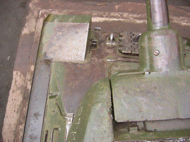 Вид сверху на переднюю-левую часть танка
