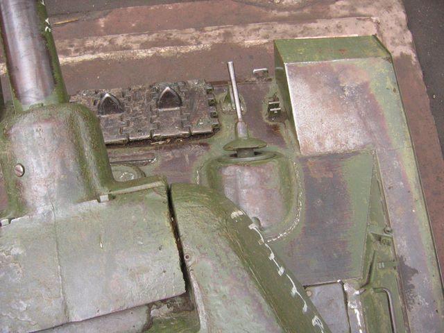 Вид сверху на переднюю-правую часть танка