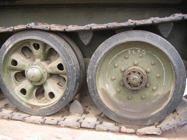 Различные типы опорных катков танка Т-34-85