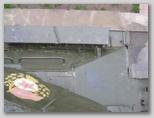 Вид сверху на стык левого подкрылка и верхнего лобового листа