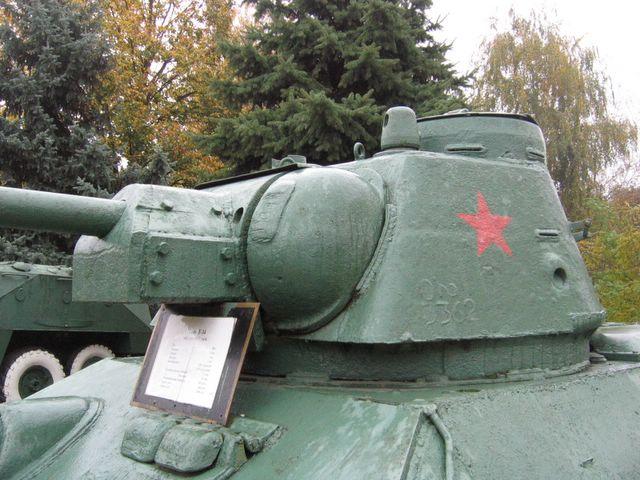 Вид слева на маску пушки и башню