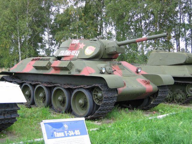 Вид на танк спереди-справа