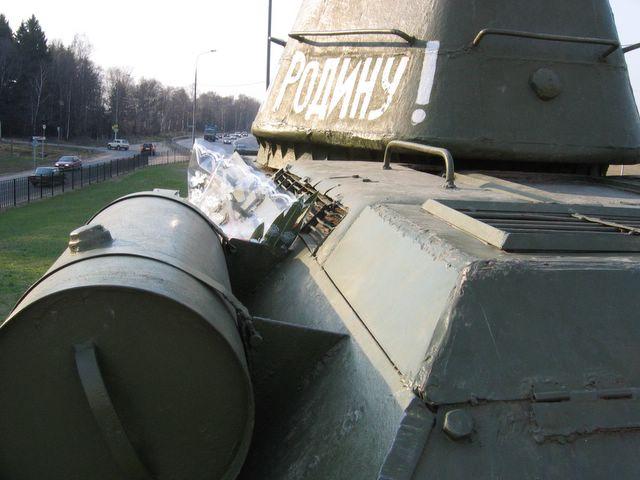 Вид слева-сзади на танк и башню