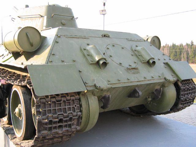 Вид на корму танка, обратите внимание на буксирную петлю 112-го завода