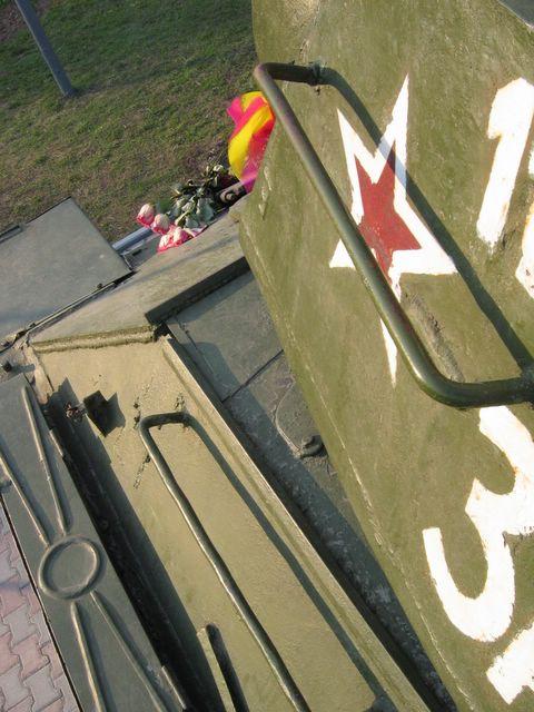 Нетипичные для уральских машин пулеотбойники и поручень на  башне, вид слева