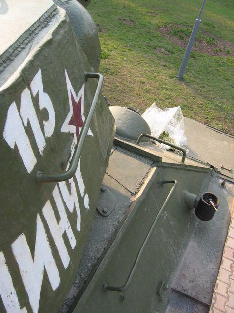Нетипичные для уральских машин - пулеотбойники и поручень на башне, вид справа