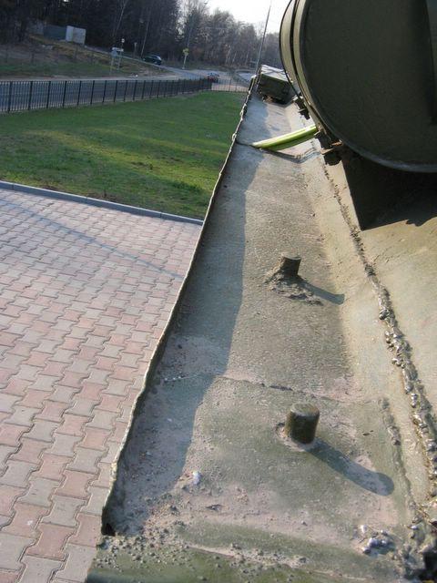 Вид сзади на левую надгусеничную полку