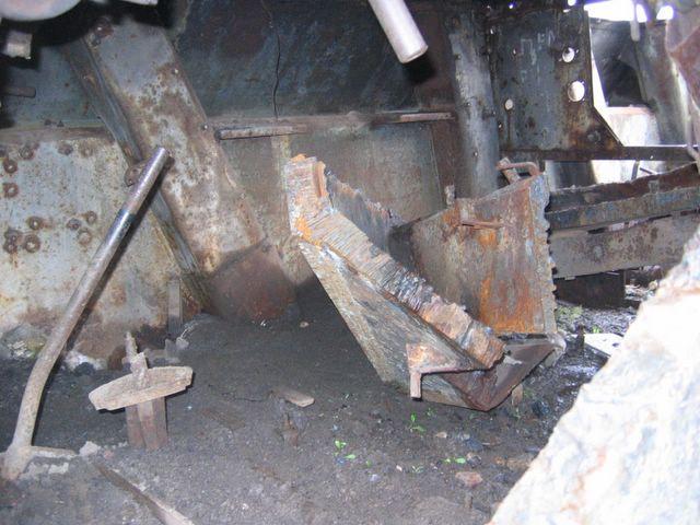 Вид изнутри на шахту подвески танка